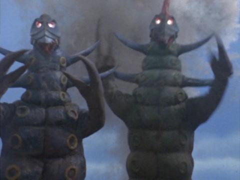 弟怪獣 リットル(左)   兄怪獣 ガロン(右)