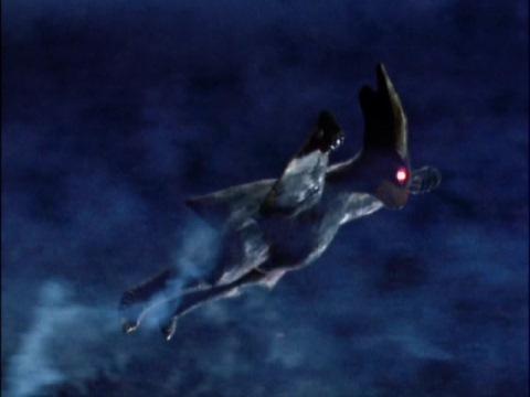 地球へ向かって飛ぶギエロン星獣