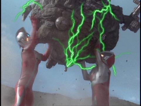 ギガドレッドを宇宙に運ぶウルトラマンネオス&ウルトラセブン21