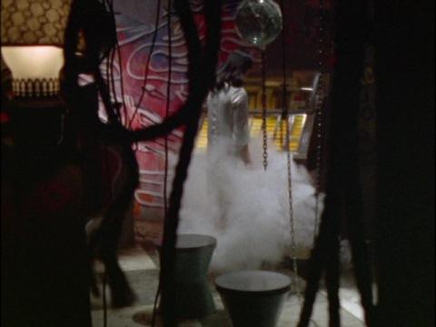 ジュークボックスから発する煙で、自らの命を絶つマゼラン星人マヤ