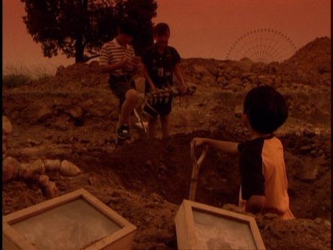 化石を埋める子供たち
