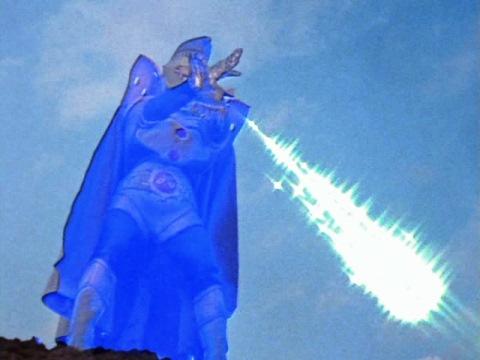 キングビーム(キング再生光線)を放つウルトラマンキング
