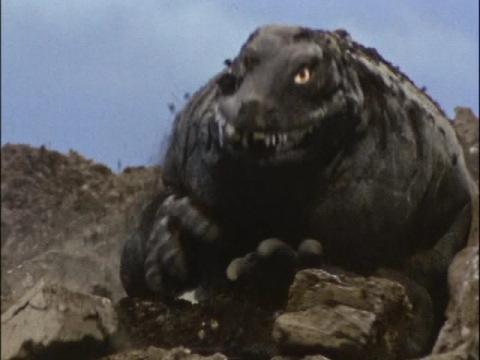 地中より現れる恐竜戦車