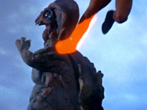 ベキラの弱点 背中にレオキックが決まる