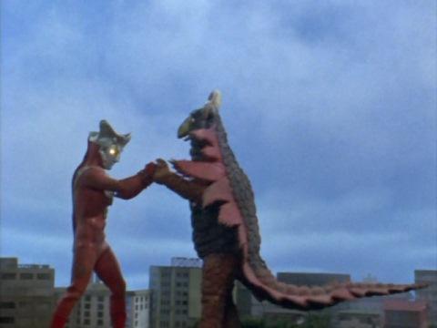 ボクシングで戦うウルトラマンレオとレンボラー