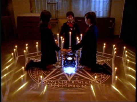 ビシュメルを召喚する黒魔術をする女子高生たち