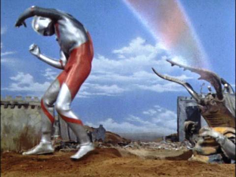 磁力光線でウルトラマンを苦しめるアントラー