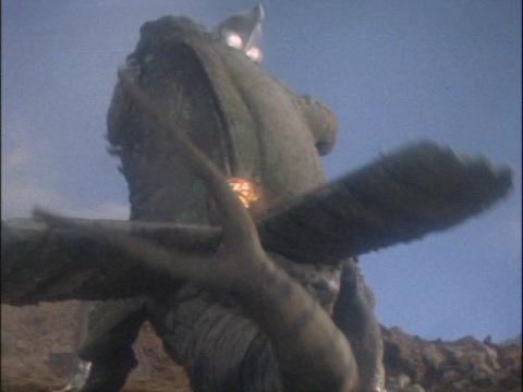 ケムラーを押さえつけるウルトラマン