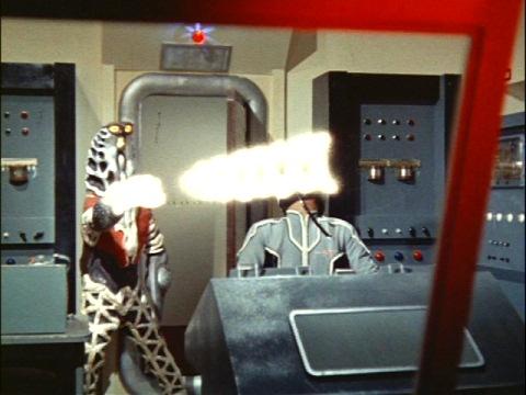 観測ロケットでの脱出を阻止するゴドラ星人