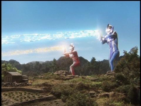 ウルトラマンメビウスとウルトラマンヒカリの必殺光線炸裂