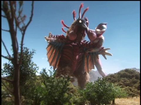 バードンを押さえつけるウルトラマンメビウス