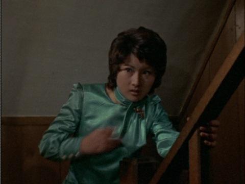 久里邸から脱出を図る美川のり子隊員