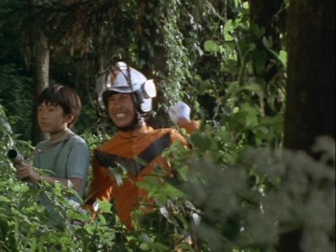 ザゴラスに接近する南隊員と六郎