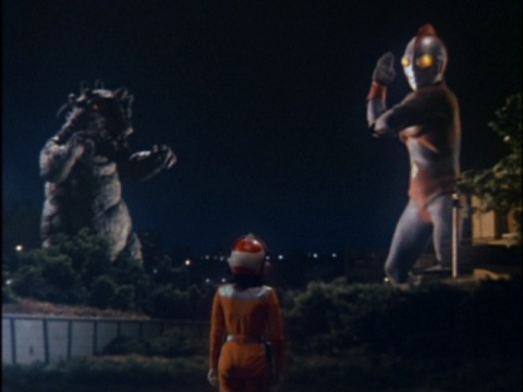 ミューにとどめを刺そうとするウルトラマン80に訴えかける城野エミ隊員