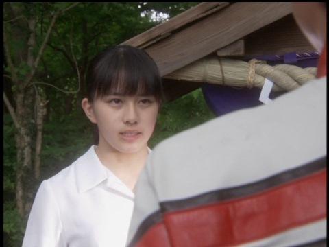 カイト隊員に語りかける少女(演:安島芽里衣)