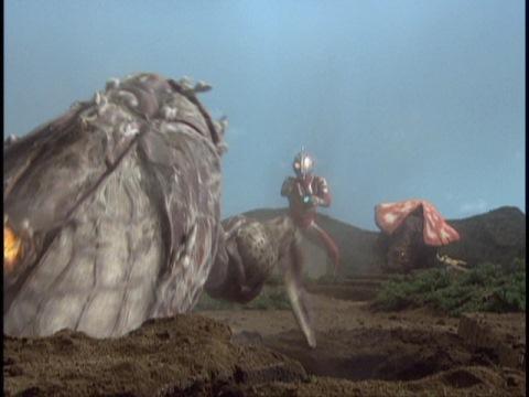 ウルトラマンネオスvsバッカクーンの最中、地中から復活するシルドバン(の死体)