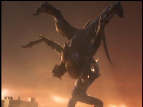 パワーボム風にガルベロスをたたきつけるウルトラマンネクサス(ジュネッスブルー)