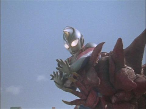 モンスアーガーⅡの首を折り倒すニセウルトラマンダイナ