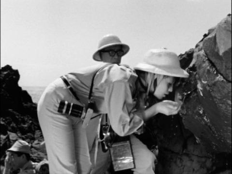 オイリス島の水を飲む調査隊員たち