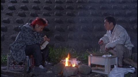 船を補修する岡田哲夫(演:寺島進)と茶髪の青年(演:山崎裕太)