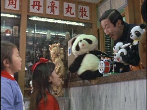 モトコにパンダのぬいぐるみをあげる薬局のおじさん(演:青空あきお)