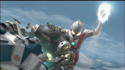 ウルトラマンがキングジョーブラックの左腕を切り落とす