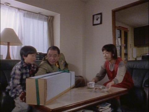 甥の弘希に新しい天体望遠鏡をプレゼントする千葉参謀(演:平泉成)