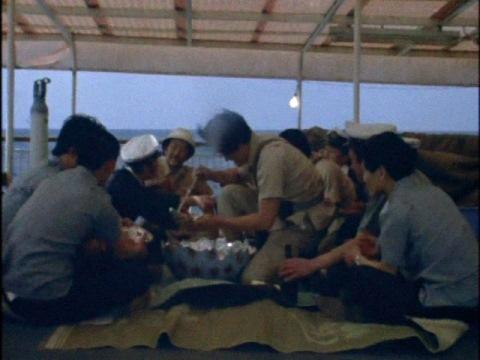 クイントータスの卵で作ったスープを食べる捕獲隊