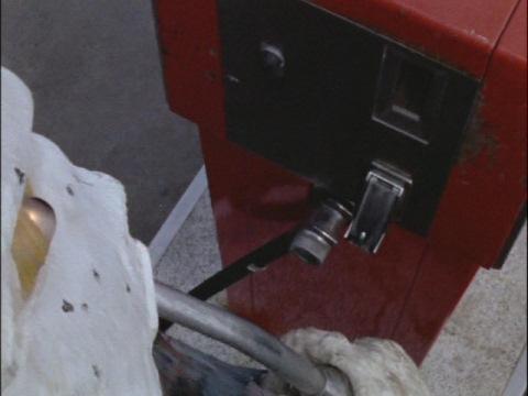 ガソリンを飲むキュラソ星人