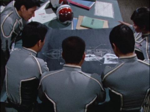 超兵器R1号の設計図を見ているウルトラ警備隊