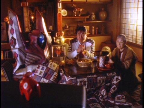 おばあちゃんの家でホリイ隊員を交え、コタツでテレビを見るレドル