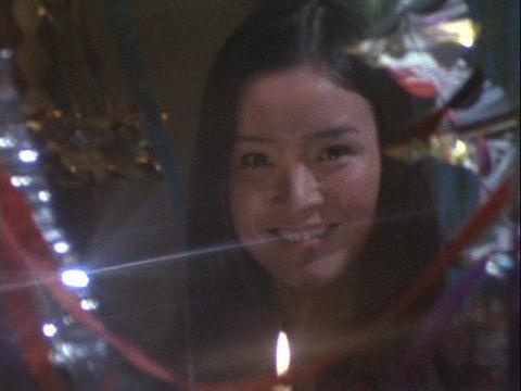 郷隊員の前に現れた、女子大生の村野ルミ子(演:岩崎和子)