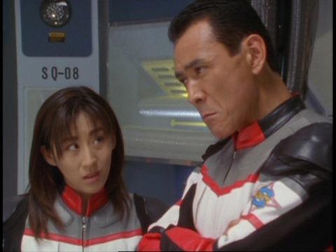 「バオーンは最強かも…」と言うヒビキ隊長に、何とも言えない表情をするユミムラ・リョウ隊員(演:斉藤りさ)