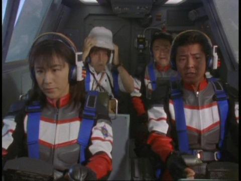 ふるべ村へ向かうユミムラ・リョウ隊員(演:斉藤りさ)とスーパーGUTS