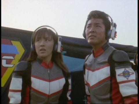 ウルトラマンダイナとバオーンの戦闘を心配そうに見つめるユミムラ・リョウ隊員(演:斉藤りさ)