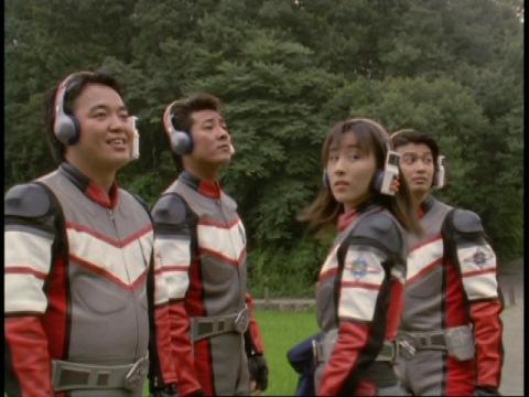 「お~い」の声で帰ってくるアスカ隊員を迎えるユミムラ・リョウ隊員(演:斉藤りさ)とスーパーGUTS