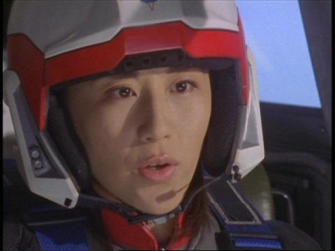 子供の姿を見つけ、救出に向かうユミムラ・リョウ隊員(演:斉藤りさ)