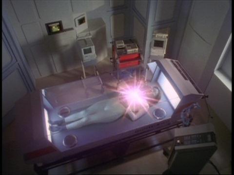 プラズマエネルギーが戻るユミムラ・リョウ隊員(演:斉藤りさ)