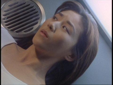 プラズマエネルギーが戻り、目を覚ますユミムラ・リョウ隊員(演:斉藤りさ)