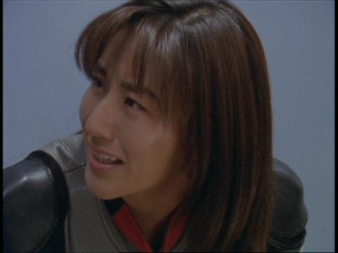 アスカ隊員が死んだと思い、後悔の念に駆られるユミムラ・リョウ隊員(演:斉藤りさ)