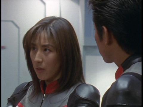 グリッターについて語るユミムラ・リョウ隊員(演:斉藤りさ)