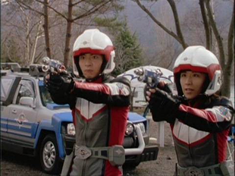 ナカジマ隊員の背後にいた小型マリキュラを狙うユミムラ・リョウ隊員(演:斉藤りさ)
