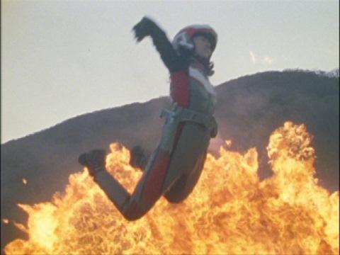 爆撃で吹っ飛ばされるユミムラ・リョウ隊員(演:斉藤りさ)
