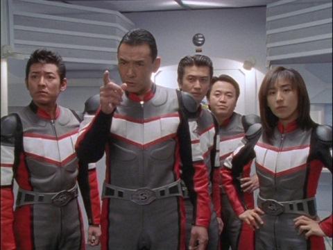 現場近くにいるアスカ隊員に指示を出すヒビキ隊長とスーパーGUTS