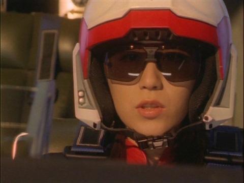 本物のダイナが勝ち、安どの表情を浮かべるユミムラ・リョウ隊員(演:斉藤りさ)