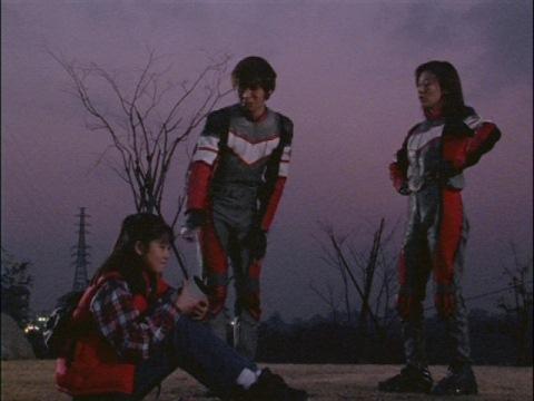 隊長にすべて報告すると告げるユミムラ・リョウ隊員(演:斉藤りさ)