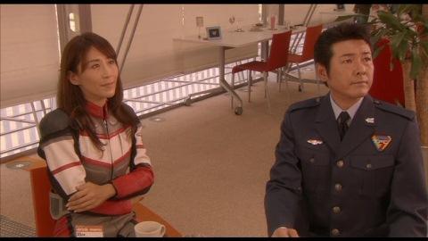 ヒビキ長官の演説を見ているユミムラ・リョウ隊長(演:斉藤りさ)