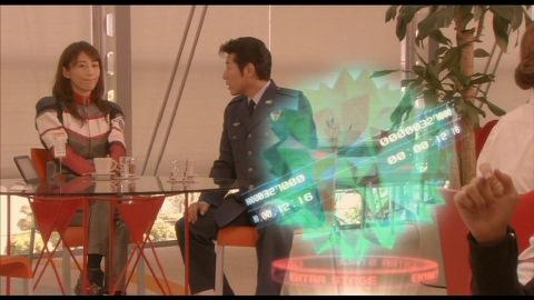 タイガ隊員の事を説明するユミムラ・リョウ隊長(演:斉藤りさ)