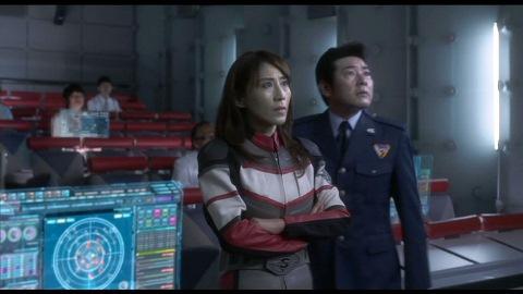 スフィアの攻撃に驚くユミムラ・リョウ隊長(演:斉藤りさ)