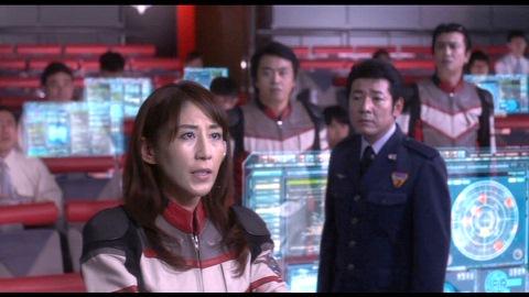 タイガ隊員に指示を出すユミムラ・リョウ隊長(演:斉藤りさ)